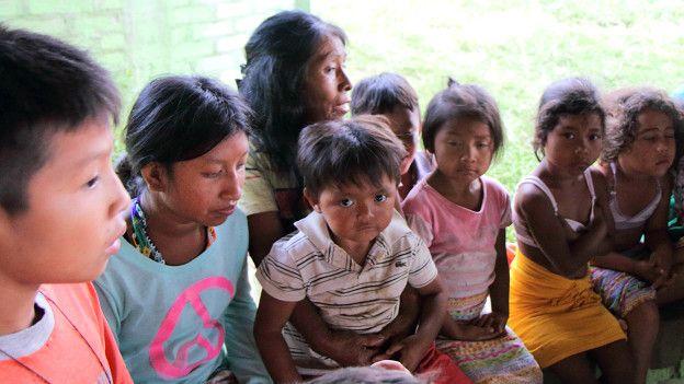 Irene Guasiruma le cuenta una historia a los niños