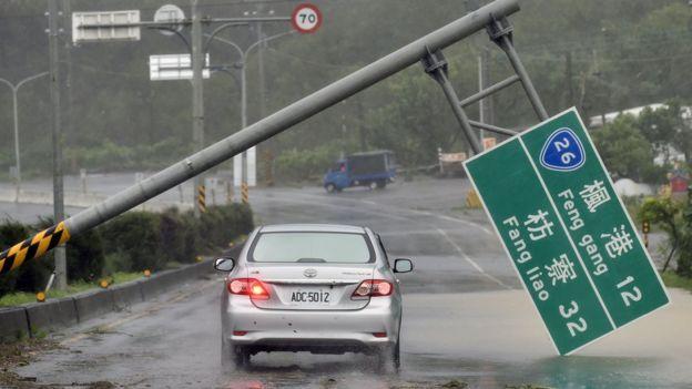 سيارة في العاصفة