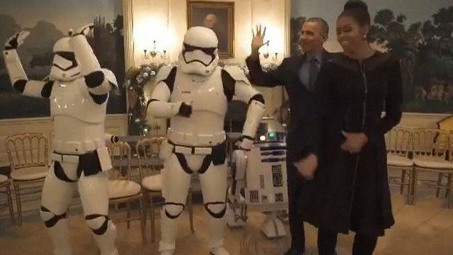 Vợ chồng Tổng thống Obama nhảy cùng robot trong phim Star Wars