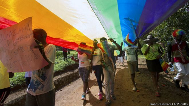 Participantes estendem faixa na parada gay de Uganda (Foto:  Isaac Kasamani/AFP/Getty)