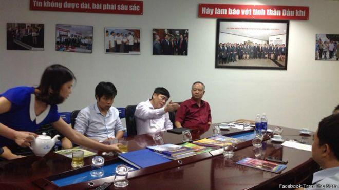 Ông Nguyễn Như Phong (áo đỏ)