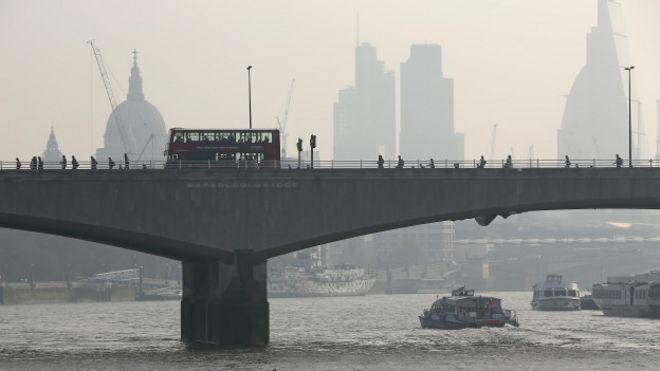 El puente Waterloo cubierto por la contaminación