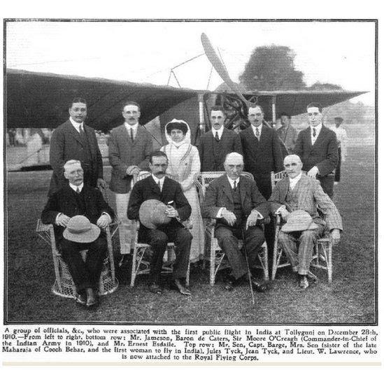 ১৯১০ সালে টলি ক্লাবে প্রথম বিমানযাত্রীদের মাঝখানে 'মিসেস সেন'