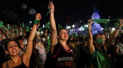 p092qkvv गर्भपात को वैध बनाने के लिए कार्यकर्ता अर्जेंटीना के वोट का जश्न मनाते हैं
