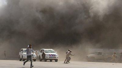p092qvgf वीडियो दिखाता है यमन में हवाई अड्डे पर हमला