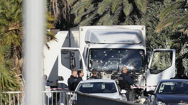 Polícia inspeciona caminhão usaod em ataque
