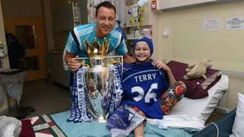 Chelsea's John Terry with a child in a Sydney hospital