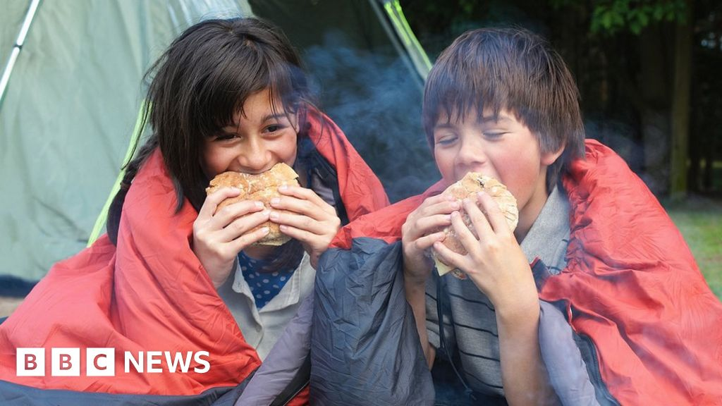 , UK economy boosted by holidays and dining out, The Evepost BBC News