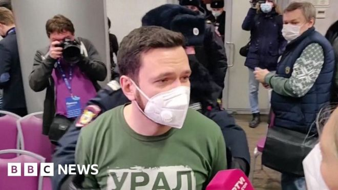 Russia opposition: Moscow police raid election forum #world #BBC_News