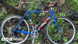 G7 summit: Joe Biden gifts Boris Johnson custom-made bike #world #BBC_News