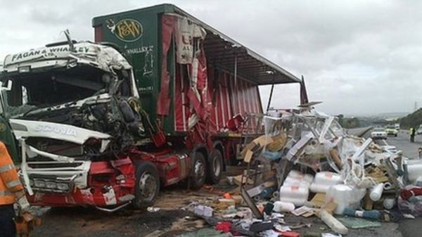 M5 near Bristol shut for hours by overturned lorry - BBC News
