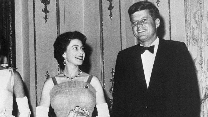 The Queen alongside US President John F Kennedy