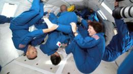 Astronautas probando la antigravedad