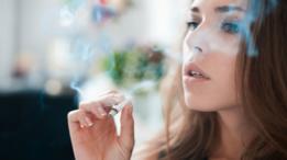 Chica joven fumando un cigarrillo