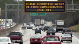 Cartel con una alerta AMBER en una autopista de Georgia, EE.UU.