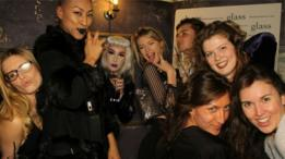 Evie Prichard con amigos en una fiesta.