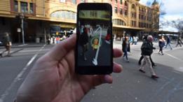 Modo de juego de Pokemon Go. Un Pokemón en medio de la calle