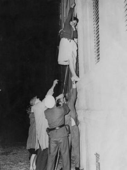 Mulher tenta pular o muro e ingressar em Berlim Ocidental