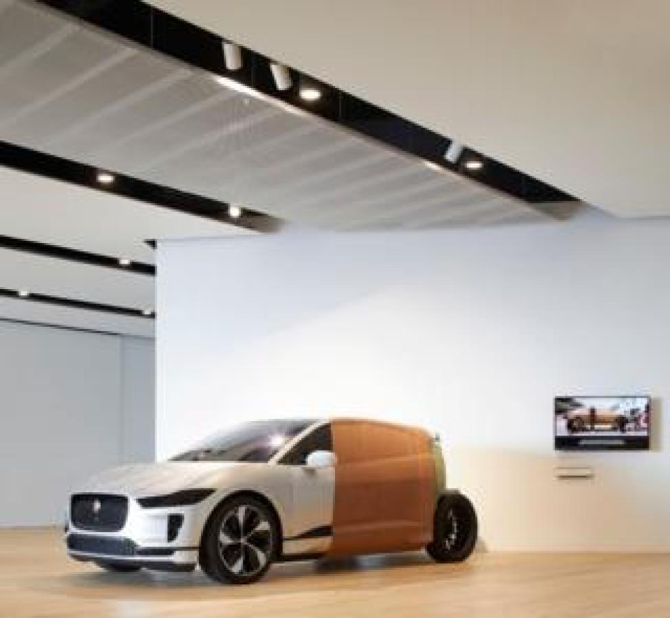 Un modèle d'argile de la voiture électrique I-PACE de Jaguar, montrant le processus de conception. Le directeur du design de Jaguar, Ian Callum, est écossais.