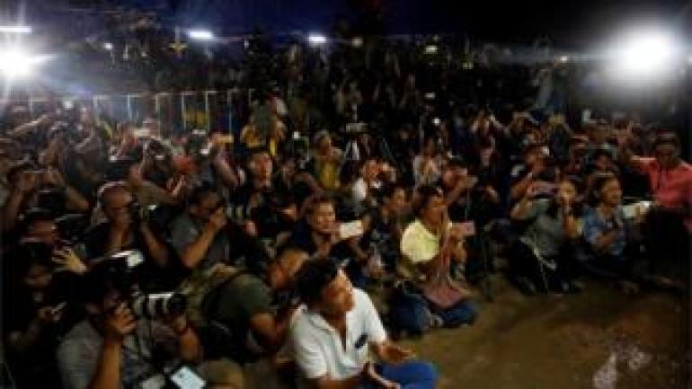 Journalisten außerhalb der thailändischen Höhlen Juli 2018