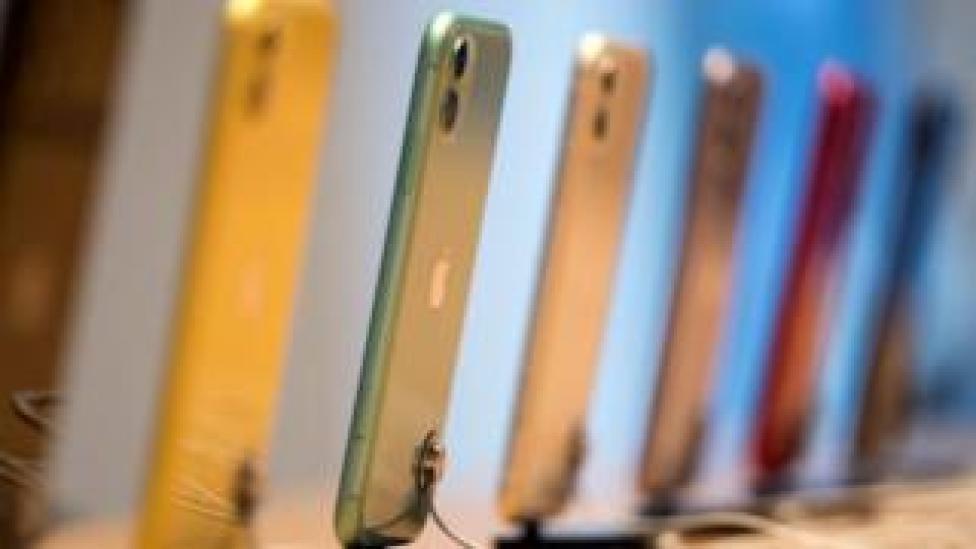 """صف من هواتف """"آيفون 11"""" على طاولة"""