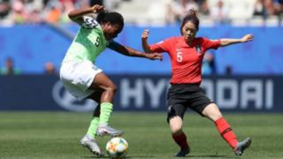 La Nigériane Desire Oparanozie se bat pour la possession de balle contre la Sud-Coréenne Doyeon Kim.