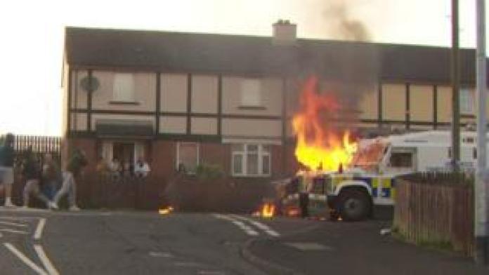 La police est attaquée avec des bombes d'essence dans le Creggan