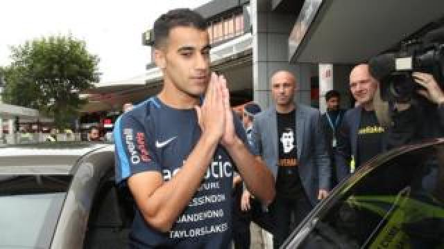 Hakeem al-Araibi gives a prayer of thanks to supporters gathered for his return in Melbourne