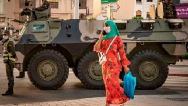 دورية من الجيش المغربي في مدينة طنجة مع بداية انتشار الموجة الثانية من فيروس كورونا (أغسطس/آب 2020)