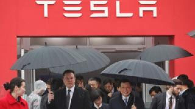 Mr Musk walks with Shanghai Mayor Ying Yong in the rain