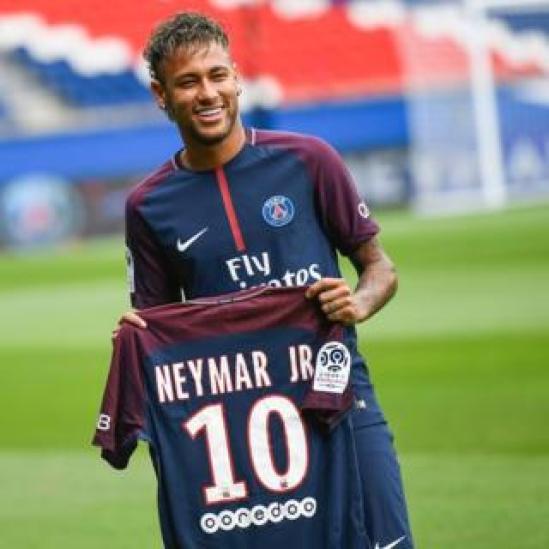 Neymar posando con su nueva camiseta.
