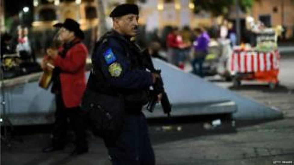 NEWS Police patrol the area of Mexico City where gunmen dressed as mariachi musicians killed three people (15 Sept)