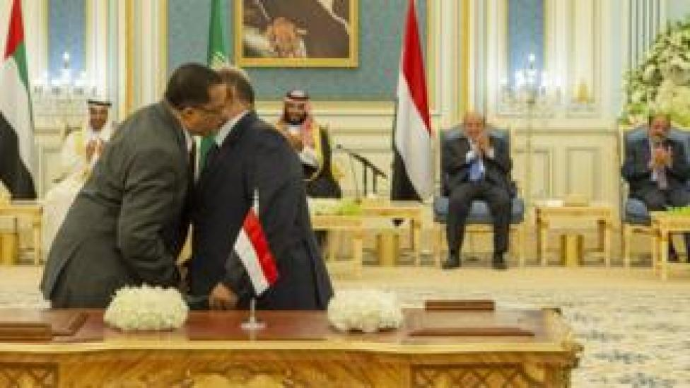 trump Nasser al-Khabji (L) of the Southern Transitional Council and Salem al-Khanbashi (R) of the Yemeni government shake hands after signing a power-sharing deal at a ceremony in Riyadh (5 November 2019)