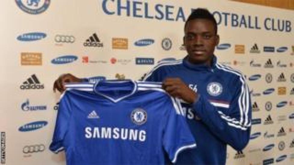La Fifa reproche à Chelsea d'avoir recruté des joueurs étrangers âgés de moins de 18 ans, dont son ex-attaquant Bertrand Traoré.