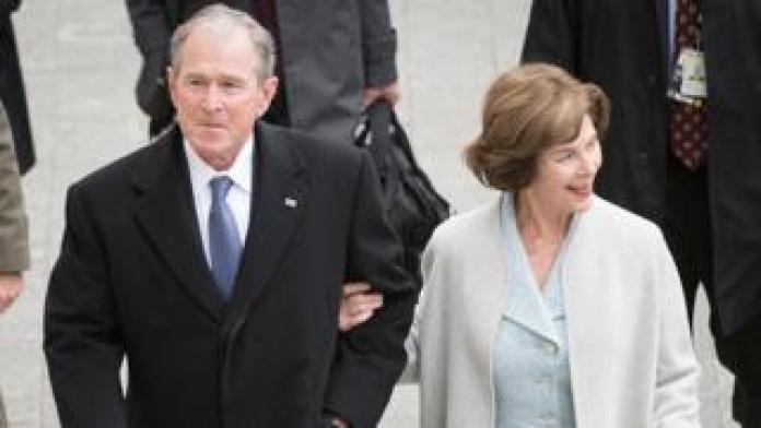 El ex presidente George W. Bush con su esposa Laura