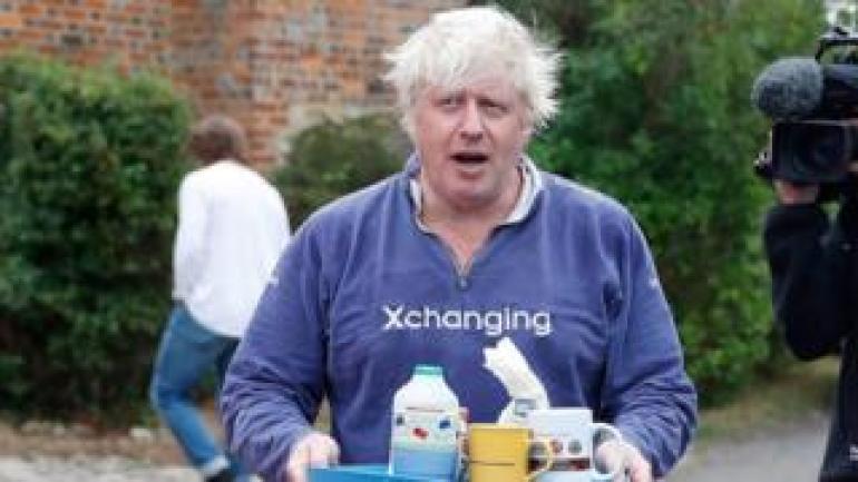 Boris Johnson vor seinem Haus in Oxfordshire am Sonntag