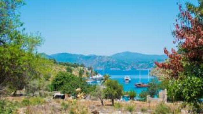 Panoramablick von einer Insel zu einer Bucht mit Luxusyachten und Segelbooten am 25. Mai 2014 im Golf von Fethiye, Lykische Küste, südlich von der Türkei