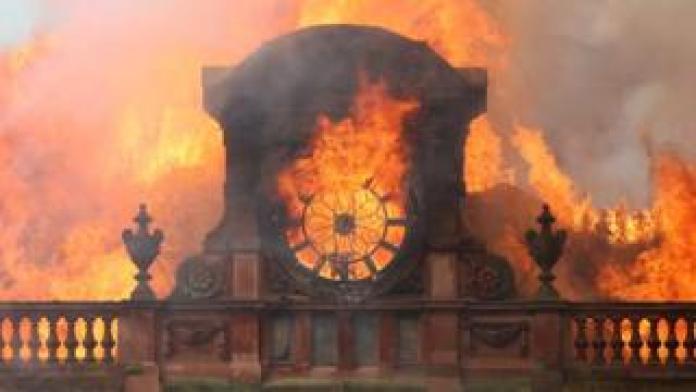 Flammen zerstören die Uhr an der Spitze des Bankgebäudes in Belfast