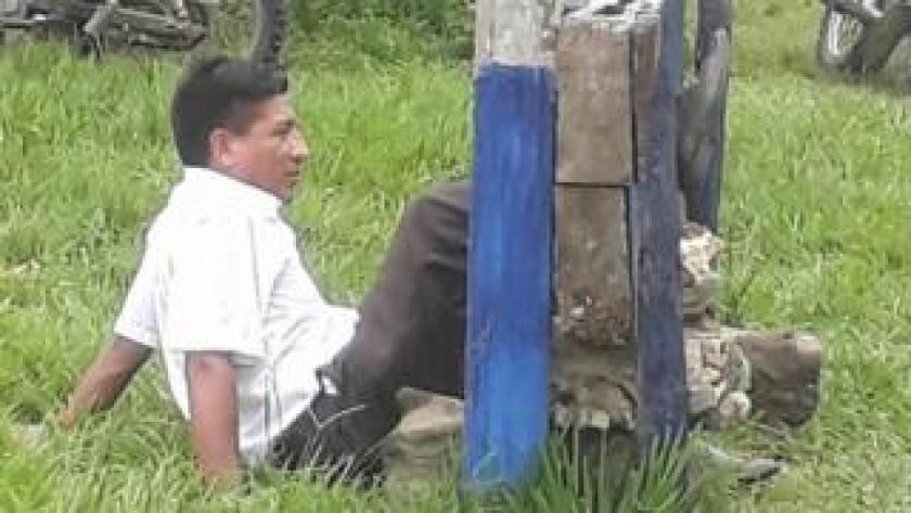 Alcalde Javier Delgado amarrado de una pierna a un cepo. Foto: Río Beni TV.
