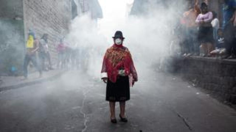 Foto de indígena em protesto no Equador