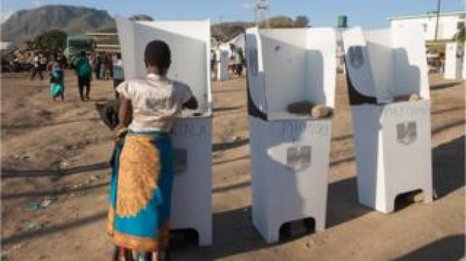 A woman casts her vote at the Ndirande Community ground polling centre on May 21, 2019 in Blantyre, southern Malawi, during the country general Elections. - Millions of voters in Malawi cast ballots today in a closely-fought election, with incumbent President battling to hold off two rivals in a race that focused on corruption allegations and economic development.