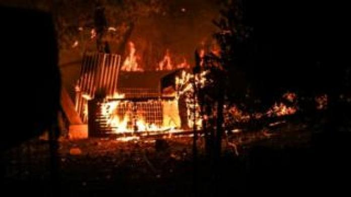 Une maison tombe en morceaux à cause des flammes