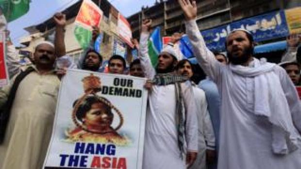 Protesters demonstrate against Asia Bibi's acquittal, holding a poster showing a noose around her neck, 2 November 2018