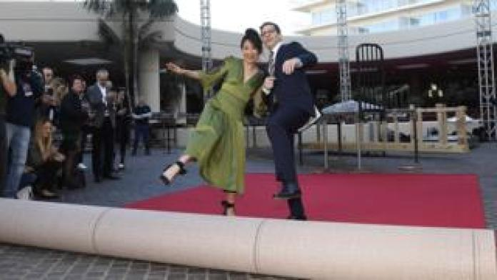 Golden Globes co-hosts Sandra Oh and Andy Samberg
