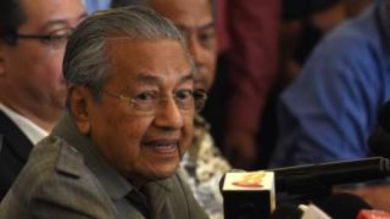 Former Malaysian prime minister and winning opposition candidate Mahathir Mohamad (C) speaks to journalists during a press conference in Kuala Lumpur on May 10, 2018