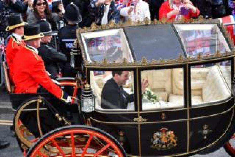 NEWS Princess Eugenie of York and her husband Jack Brooksbank leave in a carriage