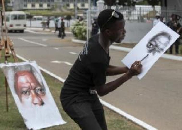 A street artist sketches the portrait of Kofi Annan, at the venue after the state funeral at the Accra International Conference centre, Ghana, 13 September 2018.