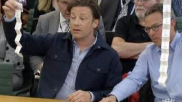 Jamie Oliver and Hugh Fearnley-Whittingstall demonstrating how many sachets of sugar are in a soft drink
