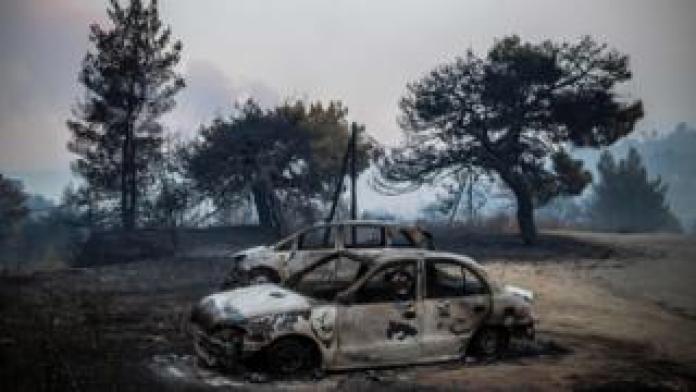 Voitures noircies et abandonnées sur l'île d'Eubée, en Grèce