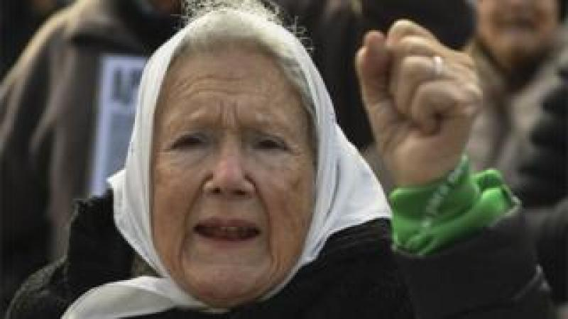 "Argentine co-founder of the ""Madres de Plaza de Mayo"" human rights association Nora Cortinas, wears a white -symbol of the organization- and a green -symbol of activists in favour of the legalization of abortion- headscarf, during their weekly march at Plaza de Mayo square in Buenos Aires on July 05, 2018."
